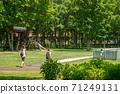 父母和孩子在公園散步 71249131