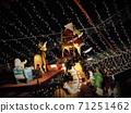크리스마스 일루미네이션, 중간에 의자에 앉아 산타 클로스와 순록이 끄는 썰매 71251462