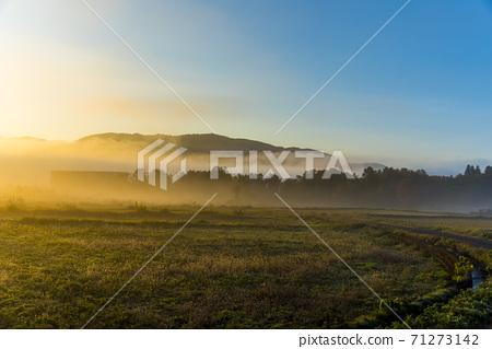 在深秋的晨霧包圍的白馬村 71273142