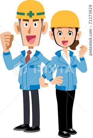 穿藍色工作服和頭盔的男人和女人背靠背擺姿勢 71273629