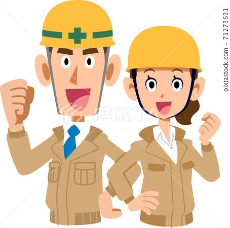 男人和女人的上半身穿著米色的工作服和膽量背靠背擺姿勢 71273631
