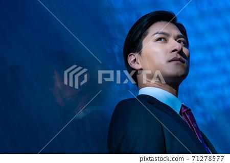 一個穿著一套西裝的男人的肖像破產 71278577