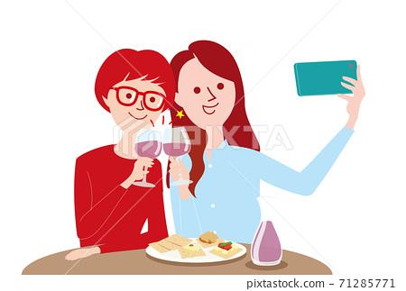 一個女人在一個只有女孩的聚會上帶著智能手機 71285771