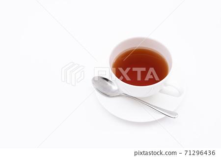 在茶杯白色背景下沖泡的茶 71296436