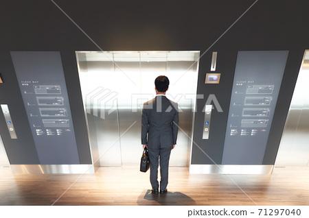 穿著西裝等待電梯的男人 71297040