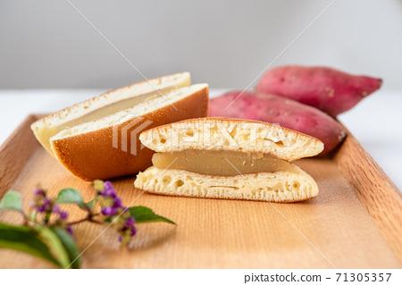 紅薯銅鑼燒在木板上的橫截面 71305357