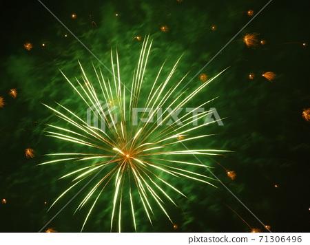 이벤트의 피날레를 장식하는 불꽃 놀이 71306496