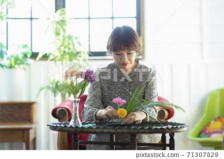 一個女人享受花籃 71307829