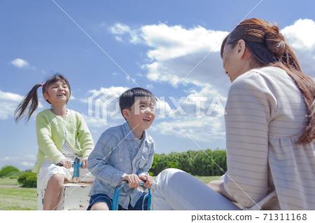 父母和孩子玩蹺蹺板 71311168