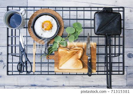 戶外早餐用熱的煎蛋捲和草莓醬三明治的形象 71315381