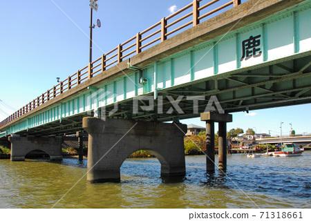 順河而下的船在新中川上的鹿本橋 71318661