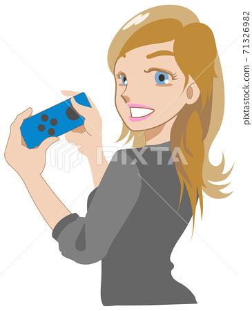 一個女人和一個流行遊戲的控制器一起笑 71326982