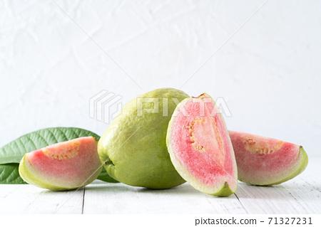 芭樂 番石榴 紅心芭樂 白色 背景 葉子 Red guava fruit leaf グアバ 果物 71327231