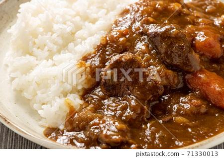 牛肉咖哩飯。 71330013