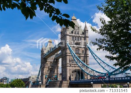 倫敦藍天,白雲和塔橋 71331545