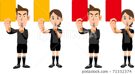 一組男女裁判顯示紅色和黃色的卡片 71332374