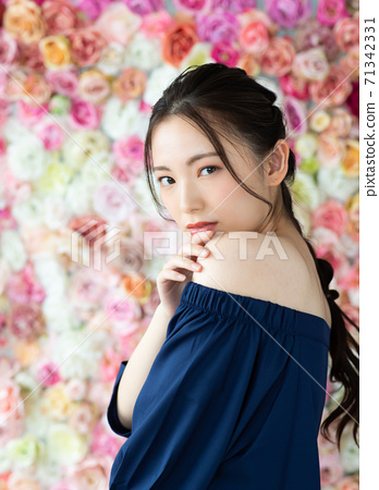 玫瑰包圍的美麗女人 71342331