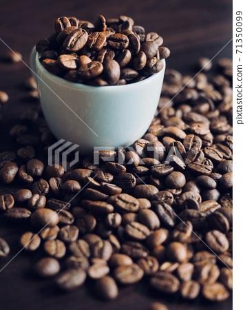 白咖啡杯子和烤咖啡豆 71350099