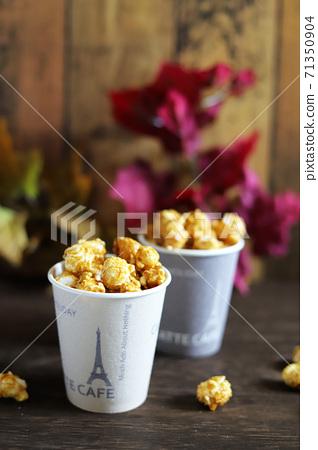 焦糖味的爆米花在紙杯中溢出秋天的圖像 71350904