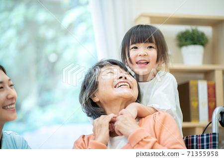손자와 노는 할머니 양로원 71355958