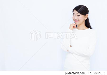 30多歲女性白色背景畫像 71360490