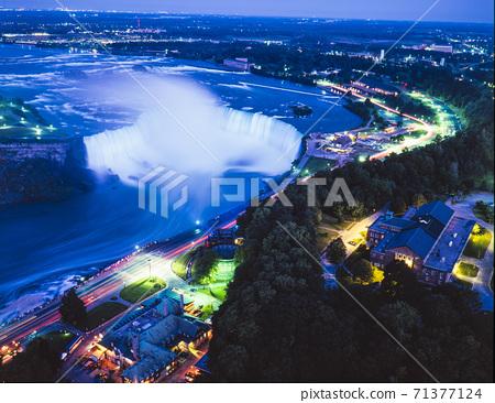 從加拿大斯凱倫塔的加拿大瀑布夜景 71377124