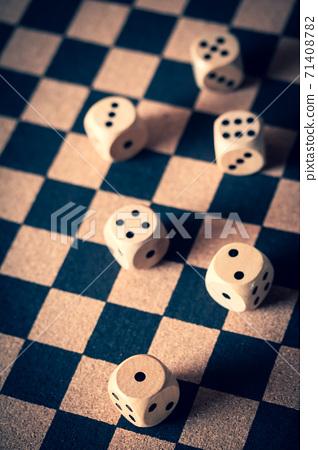 棋盤上的骰子 71408782
