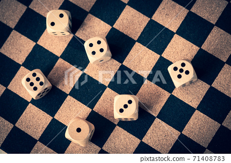 棋盤上的骰子 71408783