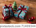 귀여운 크리스마스 무늬 선물 포장 71409344