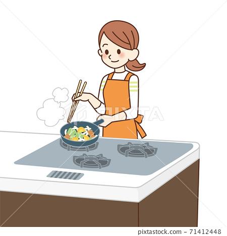家庭主婦做油炸食品 71412448