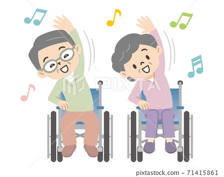휠체어 체조를하는 노인 71415861