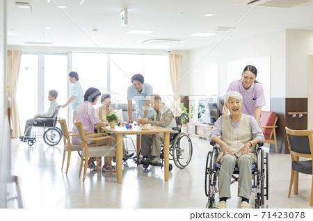 휠체어를 타고 시니어 여자와 간병인 노인 홈 71423078
