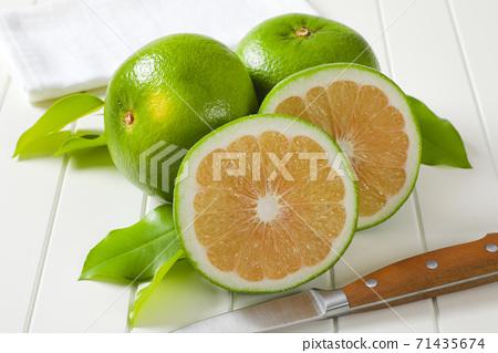Sweetie fruits (green grapefruits, pomelits) 71435674