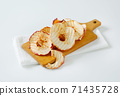 Dried apple slices 71435728