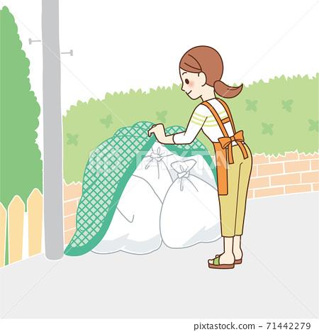 在垃圾收集處把垃圾扔出去的家庭主婦 71442279