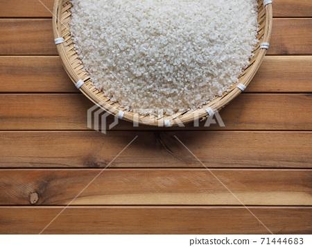 바구니에 담긴 흰쌀 배경  71444683