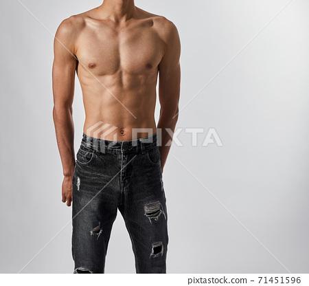 섹시한 근육질의 청바지를 입은 남자의 몸매 71451596