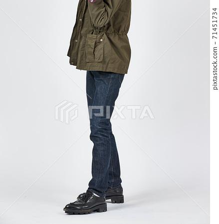 파란색 스키니 청바지를 입고 서있는 남자, 슬림 바디 71451734