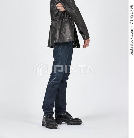 파란색 스키니 청바지를 입고 서있는 남자, 슬림 바디 71451796