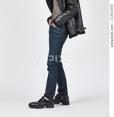 파란색 스키니 청바지를 입고 서있는 남자, 슬림 바디 71451855