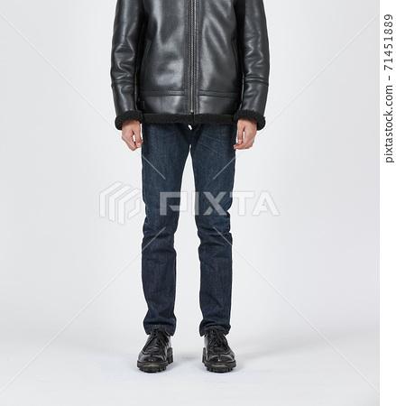 파란색 스키니 청바지를 입고 서있는 남자, 슬림 바디 71451889