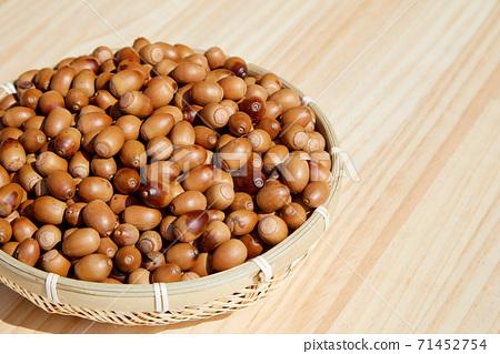 소쿠리 안에 있는 도토리, 열매, 71452754