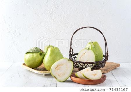 芭樂 番石榴 木頭 背景 鄉村 葉子 Guava white fruit leaf グアバ 果物 71455167