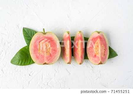 芭樂 番石榴 紅心芭樂 白色 背景 葉子 Red guava fruit leaf グアバ 果物 71455251