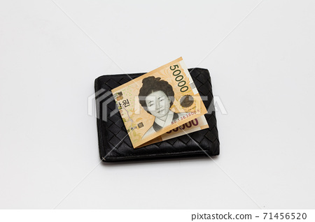 Paper korea won banknotes in old leather purse 71456520
