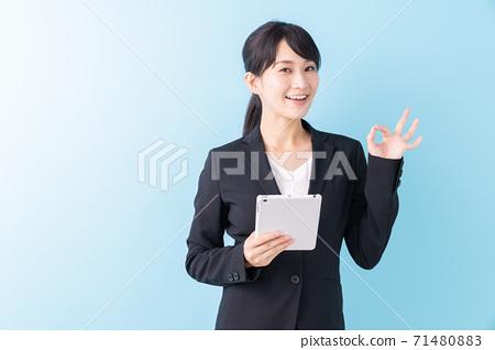 看片劑計算機的女商人 71480883