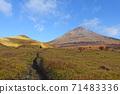 在秋天從由布小徑看到的紅葉由布岳 71483336