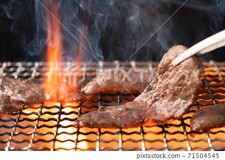 用木炭火烤烤肉 71504545