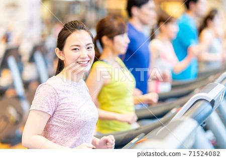 체육관에서 달리는 젊은 사람들 71524082