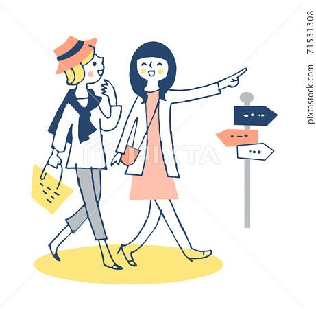 肩並肩走在城市中的兩個年輕女人 71531308
